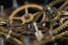 Raccolta degli ingranaggi metallici d'annata dell'orologio su una superficie nera Fotografie Stock Libere da Diritti