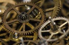 Raccolta degli ingranaggi metallici d'annata dell'orologio su una superficie nera Immagini Stock Libere da Diritti
