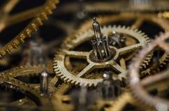 Raccolta degli ingranaggi metallici d'annata dell'orologio su una superficie nera Fotografia Stock