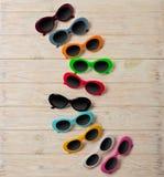 Raccolta degli occhiali da sole colorati multi alla moda - una tendenza di Fotografia Stock Libera da Diritti
