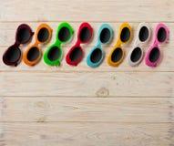 Raccolta degli occhiali da sole colorati multi alla moda - una tendenza di Fotografie Stock Libere da Diritti