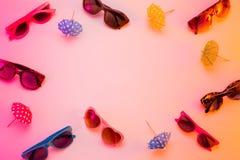 Raccolta degli occhiali da sole - concetto dell'esposizione del deposito di estate Fotografia Stock