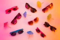 Raccolta degli occhiali da sole - concetto dell'esposizione del deposito di estate Fotografie Stock Libere da Diritti