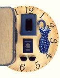Raccolta degli oggetti di viaggio di vacanza sull'orologio Fotografia Stock Libera da Diritti