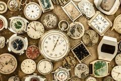 Raccolta degli orologi arrugginiti d'annata e delle parti Fotografie Stock