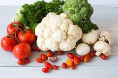 Raccolta degli ortaggi freschi sulla vista superiore del tavolo da cucina Immagini Stock