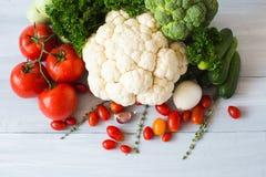 Raccolta degli ortaggi freschi sulla vista superiore del tavolo da cucina Fotografia Stock Libera da Diritti