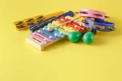Raccolta degli strumenti musicali su fondo giallo Fotografia Stock