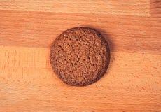 Raccolta dei biscotti deliziosi del cioccolato isolati sui precedenti beige Immagini Stock
