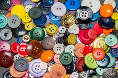 Raccolta dei bottoni di plastica di cucito variopinti Fotografie Stock