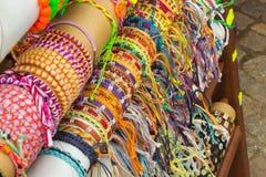 Raccolta dei braccialetti variopinti sulla stalla al bazar Fotografie Stock