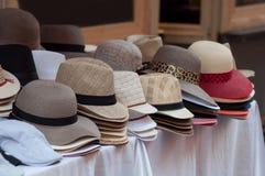 raccolta dei cappelli di estate al mercato Fotografia Stock