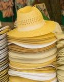 Raccolta dei cappelli di paglia fatti a mano sulla stalla Fotografia Stock