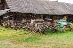 Raccolta dei carretti di legno nella proprietà bielorussa La Bielorussia, Na Immagini Stock Libere da Diritti