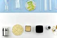 Raccolta dei contenitori della bottiglia e della vetreria per laboratorio cosmetici, etichetta in bianco per il modello marcante  Immagine Stock
