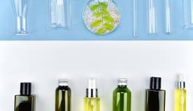 Raccolta dei contenitori della bottiglia e della vetreria per laboratorio cosmetici, etichetta in bianco per il modello marcante  Fotografie Stock Libere da Diritti