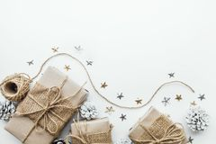 Raccolta dei contenitori di regalo avvolta in carta kraft con fondo bianco Fotografia Stock