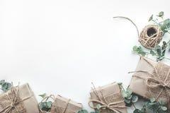 Raccolta dei contenitori di regalo avvolta nello stile minimo della carta kraft Fotografie Stock Libere da Diritti