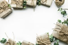 Raccolta dei contenitori di regalo avvolta nello stile minimo della carta kraft Fotografia Stock Libera da Diritti