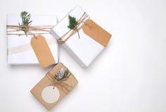 Raccolta dei contenitori di regalo del regalo di Natale con l'etichetta per derisione su progettazione del modello Fotografia Stock