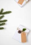 Raccolta dei contenitori di regalo del regalo di Natale con l'etichetta per derisione su progettazione del modello Fotografia Stock Libera da Diritti