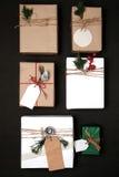 Raccolta dei contenitori di regalo del regalo di Natale con l'etichetta per derisione su progettazione del modello Immagine Stock