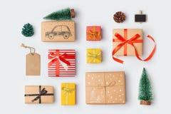 Raccolta dei contenitori di regalo di Natale con il pino per derisione su progettazione del modello Vista da sopra Fotografia Stock