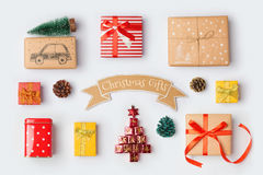 Raccolta dei contenitori di regalo di Natale per derisione su progettazione del modello Vista da sopra Immagini Stock Libere da Diritti