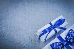 Raccolta dei contenitori di regalo imballati sul celebrati metallico del fondo Fotografia Stock Libera da Diritti