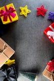 Raccolta dei contenitori di regalo di Natale con il pino per derisione su progettazione del modello Fondo scuro Disposizione pian Fotografia Stock