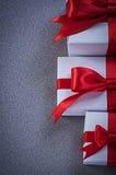 Raccolta dei contenitori di regalo sul concetto grigio di feste del fondo Fotografia Stock Libera da Diritti