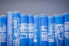 Raccolta dei disegni di ingegneria acciambellati blu su backgr grigio Fotografia Stock