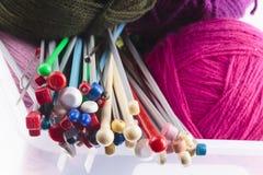 Raccolta dei ferri da maglia assortiti Immagini Stock