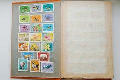 Raccolta dei francobolli in album dal Vietnam Immagini Stock