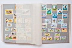 Raccolta dei francobolli in album dalla Guinea e dalla Mongolia Fotografia Stock