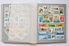 Raccolta dei francobolli in album dalla Mongolia, Ungheria e Immagini Stock Libere da Diritti