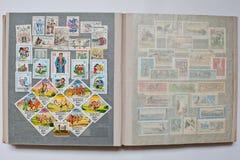 Raccolta dei francobolli in album a partire dalla Cecoslovacchia e dal Mo Immagine Stock Libera da Diritti