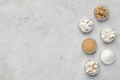 Raccolta dei generi differenti di zucchero su fondo grigio fotografia stock