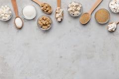 Raccolta dei generi differenti di zucchero su fondo grigio immagini stock