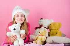 Raccolta dei giocattoli degli orsi Giocattolo allegro della peluche dell'orsacchiotto della tenuta della piccola ragazza del bamb fotografia stock