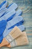 Raccolta dei guanti di sicurezza dei pennelli sulla costruzione di legno del bordo Immagini Stock Libere da Diritti