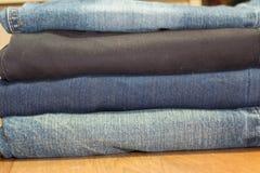 raccolta dei jeans differenti, su fondo di legno Fotografie Stock Libere da Diritti