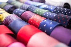 Raccolta dei legami nel negozio di vestiti degli uomini Fotografia Stock