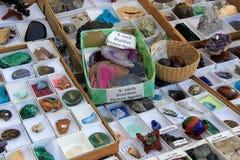 Raccolta dei minerali e delle gemme in scatole, insieme sulla tavola di vendita, Dragon Farmers Market verde, Ephrata, PA, 2016 Fotografie Stock Libere da Diritti