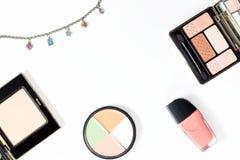 Raccolta dei prodotti di bellezza su fondo bianco, spazio della copia Fotografia Stock
