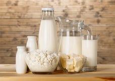 Raccolta dei prodotti lattier-caseario su fondo di legno Immagine Stock Libera da Diritti