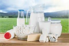 Raccolta dei prodotti lattier-caseario sulla tavola di legno Immagine Stock