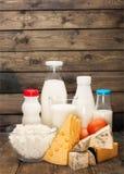 Raccolta dei prodotti lattier-caseario sulla tavola di legno Fotografia Stock