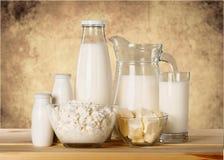 Raccolta dei prodotti lattier-caseario sulla tavola di legno Fotografie Stock Libere da Diritti