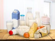 Raccolta dei prodotti lattier-caseario sulla tavola di legno Immagini Stock